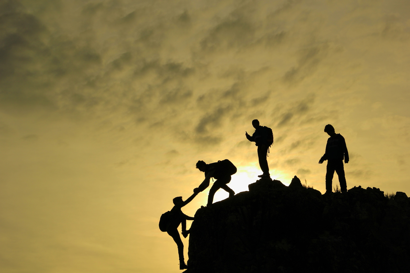 challenging_challenge_climb_cliff_group_help_together